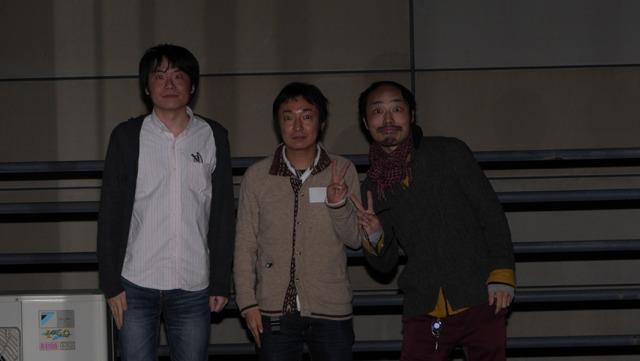 記念写真も赤い目で! (真ん中は松本さん、右は仕込みiPhoneで有名な森翔太さん)