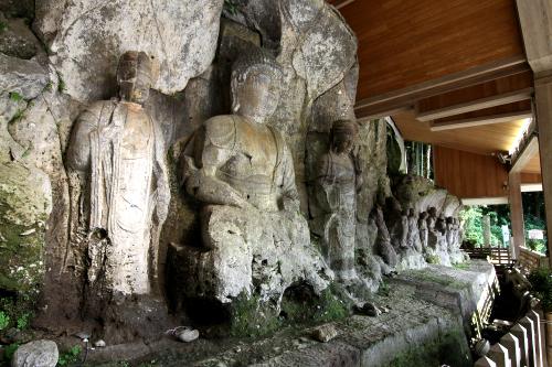 大分県にある臼杵磨崖仏。平安時代から鎌倉時代のもので、国宝&特別史跡のダブル指定。覆屋も備わり、バッチリ保護