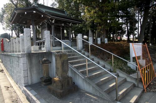 小さな社に置かれていた二つの石仏