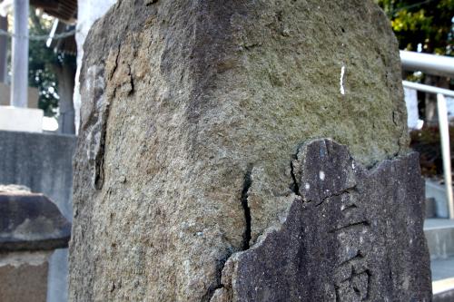 一方、こちらの石仏は表面が剥がれ落ち、のっぺらぼうである