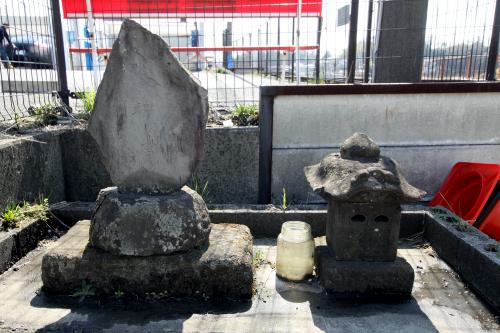 「水神宮」の石碑と石殿だ