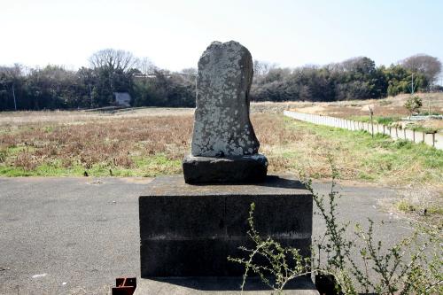 遊水地予定地の側に鎮座する「弘法大師遍照金剛」と刻まれた石碑