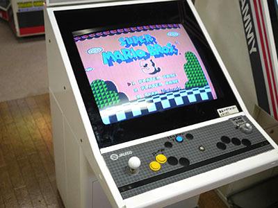 明らかにファミコン用と思われる「スーパーマリオ3」がアーケード機の中に入っていたのが謎ですが