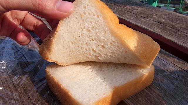 そしてこのサンドの決め手は100%米粉のパン。引きはがすのに抵抗があるほどモッチリ