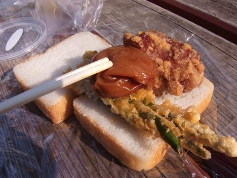 そこにアツアツのから揚げとインゲンの天ぷら、梅干を乗せる