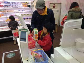 子どもが実際に「ピピッ」と擬似レジ体験(機械は本物)できるコーナーが大人気。