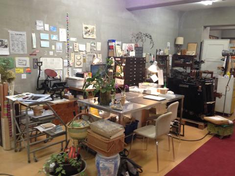 こちらは島村さんのデザイン事務所兼印刷工場。もともと出版社の倉庫だったスペースの一角を借りている