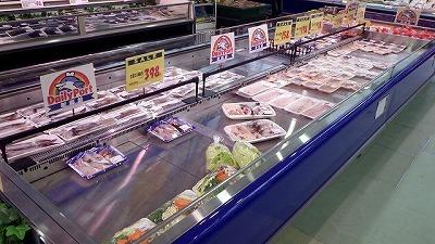 まずはスーパーマーケットの鮮魚コーナーへ