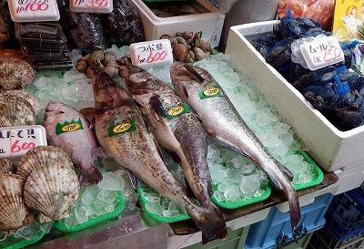 マダラそのものはあちこちの店頭にたくさん並んでいる。そして安い。いい魚だ。
