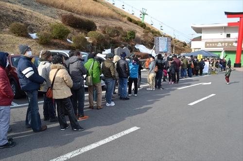 「早く山を焼かせろ!」と一ヶ月待たされた民衆が大集結