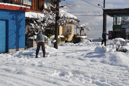 琵琶湖の横まで行ってみた。雪かきしてる人初めて見たかもしれない。