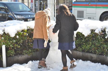 雪ではしゃぐ人々がかわいい。