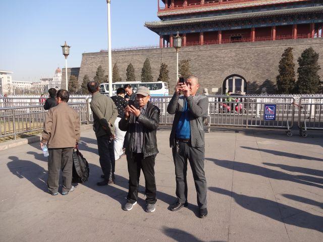 記念写真を撮る人多数