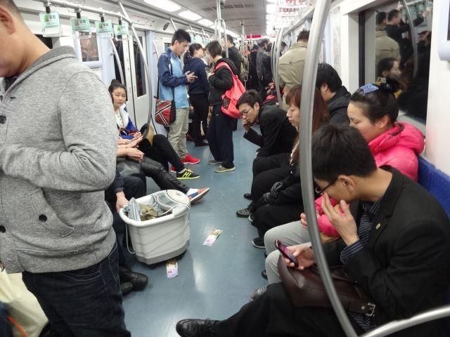 地下鉄車内は謎の広告の紙やら、不思議な桶やら