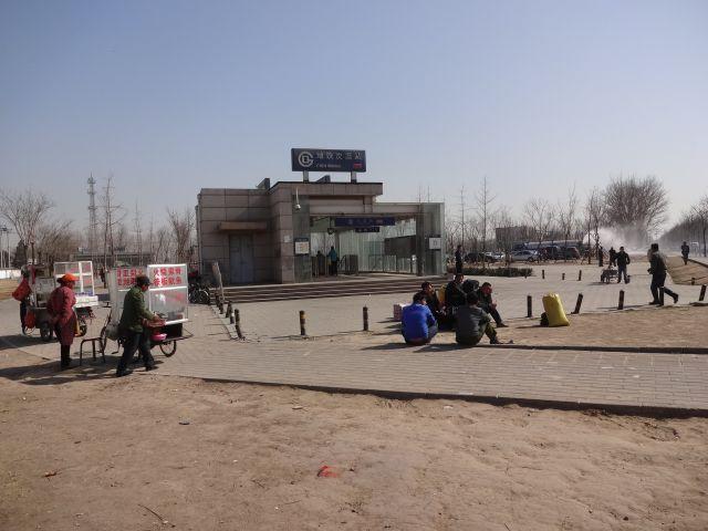 屋台はあった。人が座っていた。車やバイクタクシーがとまっていた。ここから先から通勤通学しているのか