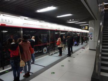 何もない駅でも、駅に入ると人がいるのだから不思議だ