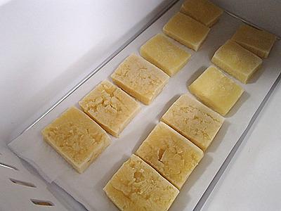 豆腐は凍ると黄色くなる。