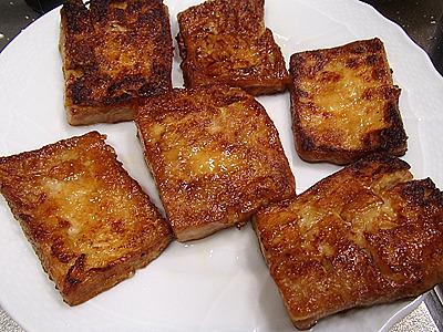 焼き色がつくと見た目が肉に近づく。精進料理では油はごま油を使うようです。