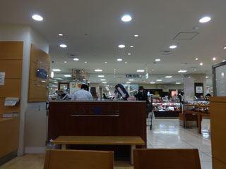 KEYコーヒーとドナテロウズ(ジェラート屋さん)があって、そこの横が飲食スペースだった。落ち着くわあ。