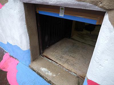 逃げ込むように、運動場の壁に空いた穴に入ると
