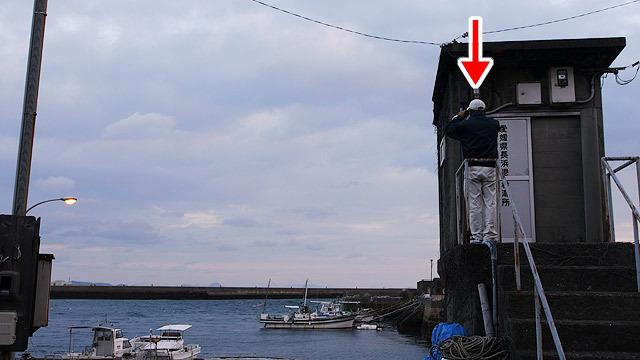 海の様子を職員の方が見て、
