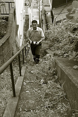 長崎名物の階段、牛乳を持って登るT・斎藤さん(「不安な気持ちになる階段巡り」より)。すごい。なんだこの記事。