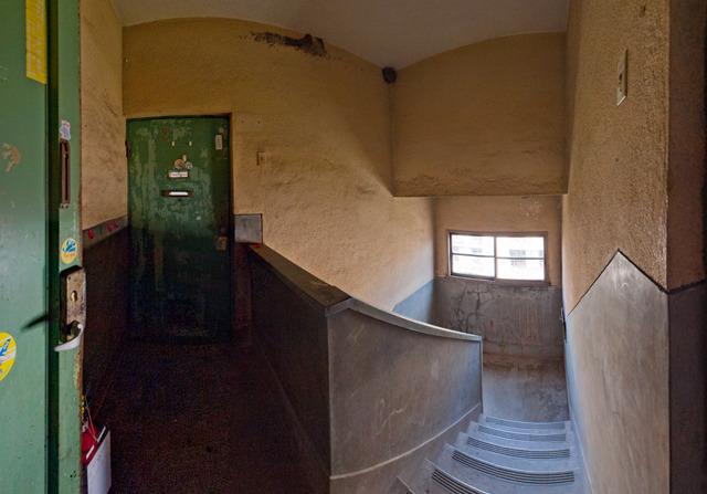 階段室とか鉄の扉とか、いい感じだよねえ。