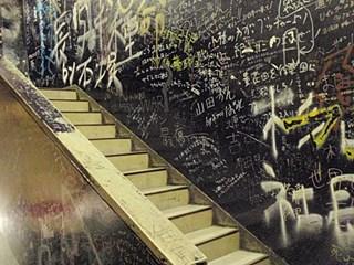 5階へ続く階段。