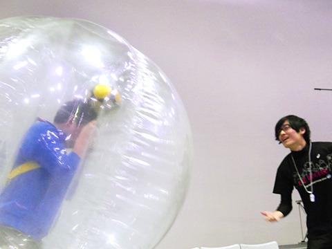 風船の中にボールが入ってる。