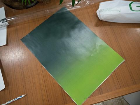 グラデーションの付いた紙と画用紙を組み合わせる