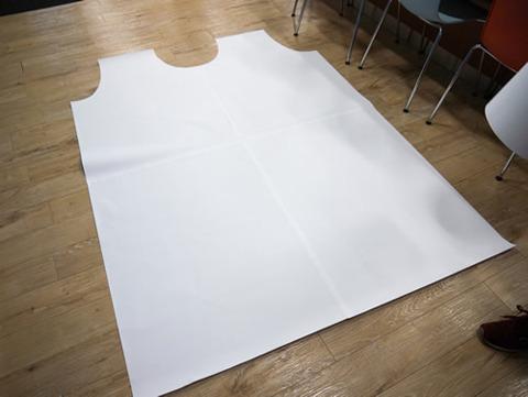 巨大ロボット用の大きな紙エプロンを作った