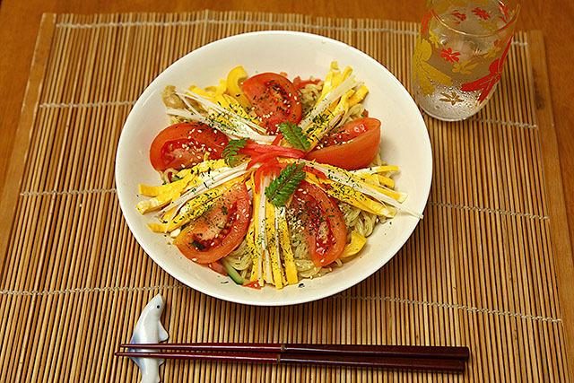 ゴマダレ冷やし中華。錦糸玉子とトマトのコントラストにご注目ください。