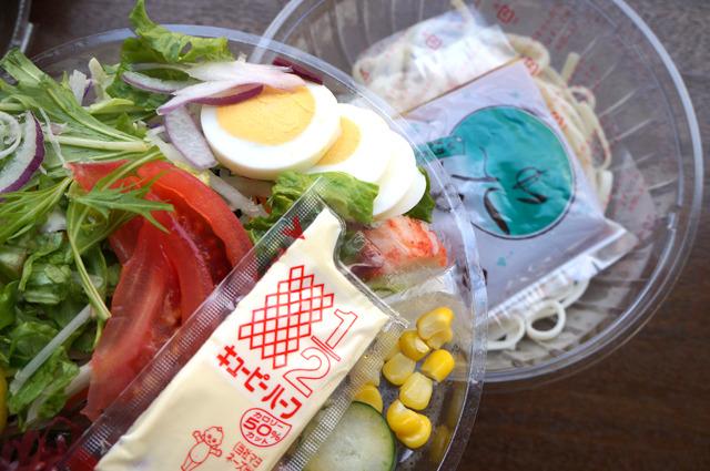 惣菜麺のつゆをかけてほぐすタイプの冷やしうどん、代表は「18品目のサラダうどん」。 2階建てになっていて具を乗せるタイプ