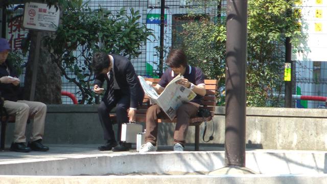 サングラスをかけて新聞を読む男と相席をするのはスパイしかいない!