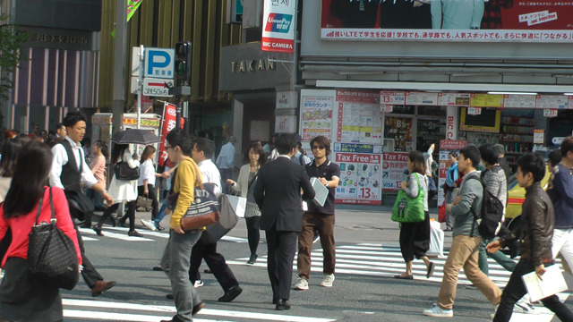 スクランブル交差点での交換、ちらっと見る人はいるものの誰も気にはしない