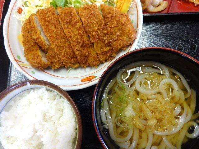 みんなは、カツ丼セットを注文。980円。