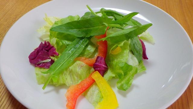 他の野菜とサラダにしてみたが、まだ口に合わない。