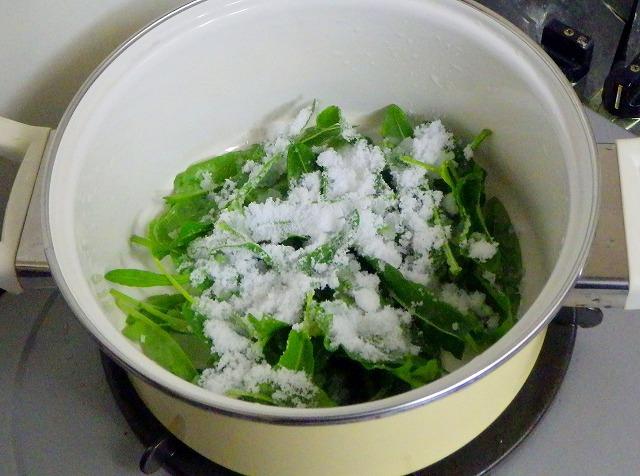 スイバの若葉を砂糖と少量の水とともに鍋へ投入し、
