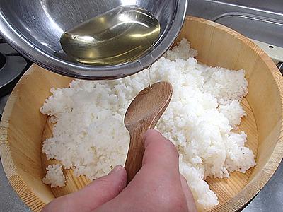 寿司酢は面倒なら調合済みの物が売っています。炊いたご飯に適量混ぜるだけで酢飯になります。