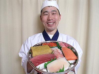 デカい寿司完成!遠近感が狂う大きさ。
