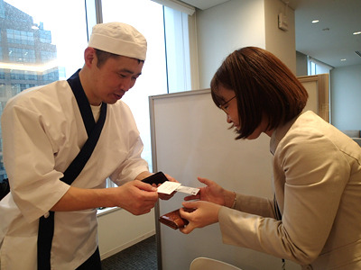 営業の河合さんとは初顔合わせだったので名刺交換。寿司職人ではありません。ライターです。よろしくお願いします。