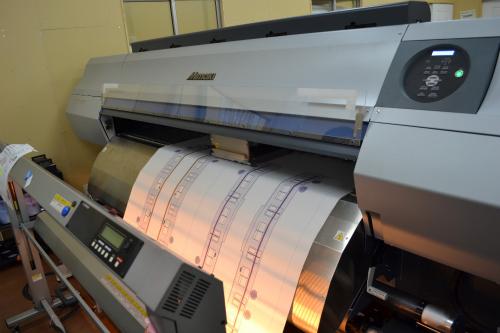巨大印刷機で布に印刷