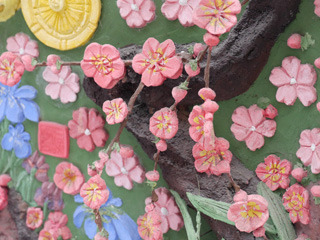 梅は、本物の枝に細工を加えて作られています
