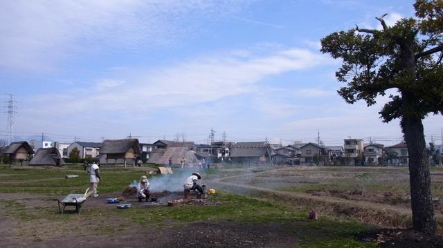 自転車で15分ほど。だだっぴろい広場に水田と集落が登場