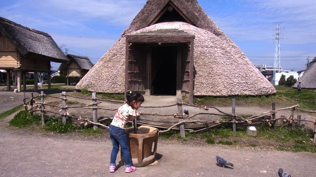 竪穴式住居や高床式倉庫、祭殿などが見られる