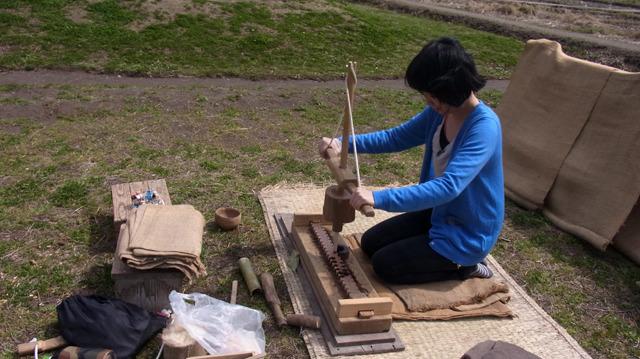 登呂遺跡では火起こし器具も発掘されたのだが、その技術を教えてもらえるのだ。摩擦で木くずの火種を作る。二の腕がすぐに悲鳴
