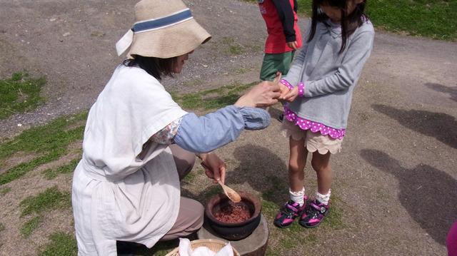 水田の前で炊かれていた古代米が配られた