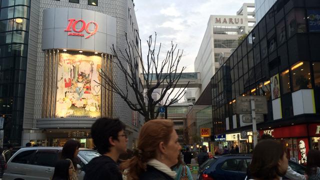 東京でいう渋谷みたいなところもある。狭いがここの交差点の交通量も凄い人だ