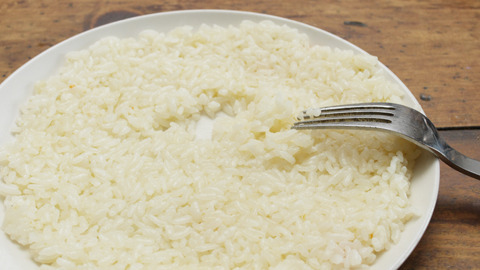 ピラフの米を選り分けてフォークで砂紋……できない