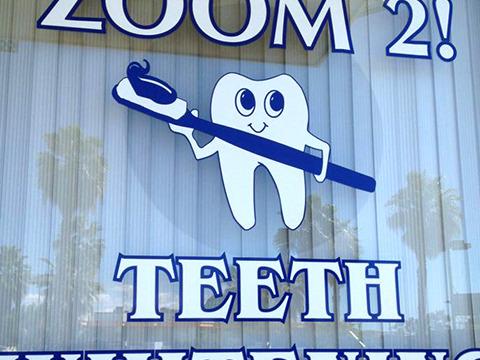 脅威の股下。アングロサクソンは歯も足が長いのか。(写真提供:スダナツキ)